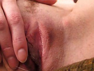 केन्द्र जेम्स नग्न और खुद को एक संभोग सुख देता है