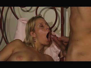 मिठाई सेक्सी महिला नाश्ते के लिए शुक्राणु खाती है