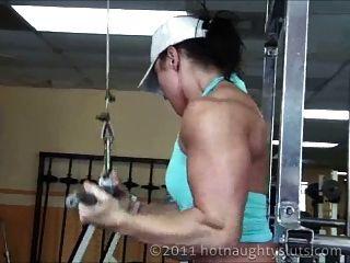 पेशी महिला कसरत और शॉवर
