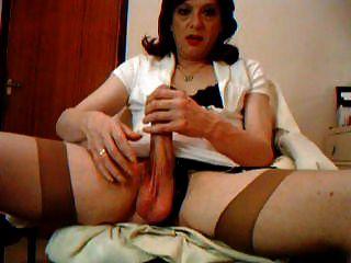 transvestite रेट्रो स्टॉकिंग्स मुर्गा और गेंद को खेलने