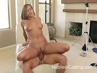 कास्टिंग Nubiles - इस लड़की को कुछ भी करेंगे नौकरी पाने के लिए