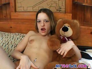 छोटे स्तन प्यारा है उसे बिल्ली के साथ खेलता है