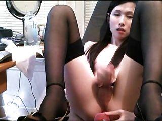 Ladyboy कार्यालय में बंद झटके तो एक dildo के साथ खुद को fucks