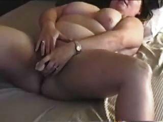 बीबीडब्ल्यू माँ उंगलियों और उसके खिलौनों के साथ cums