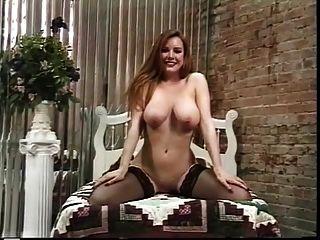 परिपक्व वेश्या स्ट्रिप्स उसे अच्छा गधा दिखावा करने के लिए