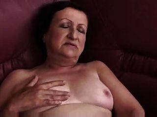 मोटा दादी नाटकों और उंगलियों