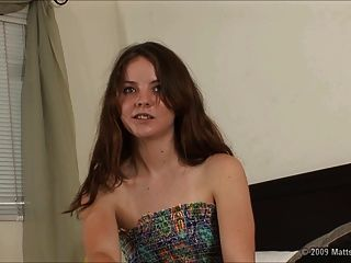 बालों वाले 18 वर्ष पुराने Seah के लिए नर्वस ऑडिशन