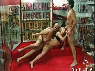 फ्रेंच milf गुदा एक sexshop में त्रिगुट में गड़बड़