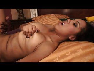 बड़े स्तन के साथ गर्म काली लड़की