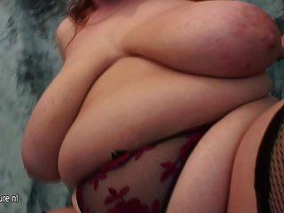 बड़े titted माँ कमबख्त और चूसने मुर्गा