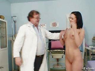क्लीनिक में पुराने चिकित्सक द्वारा श्यामला Pavlina योनि परीक्षा