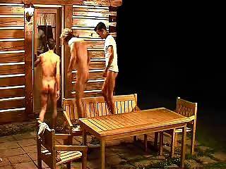 3 पुरुषों आउटडोर picnictable पर नंगे