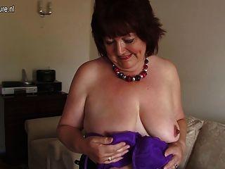 मोटा शौकिया माँ अपने पुराने योनि रही
