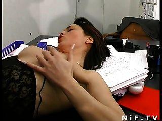 फ्रेंच सचिव डेस्क पर sodomized जबकि वह बह रही है