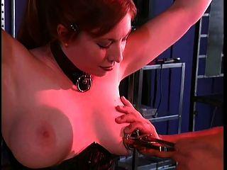 बंधन और उसके मालिक के साथ बीडीएसएम में बड़े स्तन लड़की