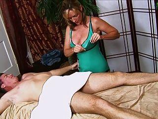 पुरुष गर्म माताओं से एक handjob हो जाता है