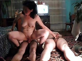 बीजी महिला को उसके पति और पड़ोसी fucks