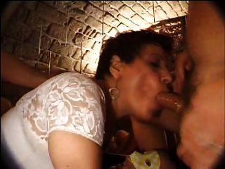 फ्रेंच परिपक्व N27 श्यामला क्लब में गुदा माँ गैंगबैंग