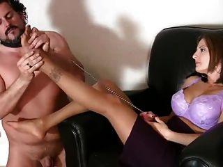 एक पेटी पर गुलाम Pantyhose में पैर licks