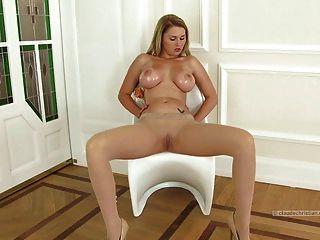 भगशेफ पर pantyhose dildo में भारी स्तनों के साथ सुनहरे बालों वाली