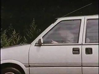 कार में वेश्या के साथ बूढ़े आदमी