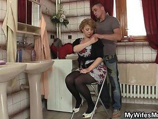 उनकी पत्नी बाहर आता है और वह उसकी माँ बैंग्स
