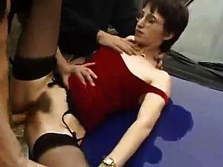 फ्रांसीसी महिला पसंद करती है बेकार है और सार्वजनिक में कमबख्त