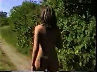 रेलवे के आसपास गर्म औरत नग्न चलना