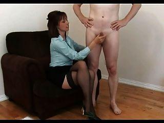 सेक्सी केली एक आसान नौकरी के लिए इंटरव्यू देता है!