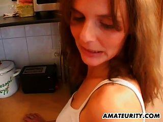 गर्म शौकिया milf उसे रसोई में गड़बड़ हो जाता है