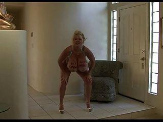कायला: नृत्य और उसे नकली स्तन bounces!