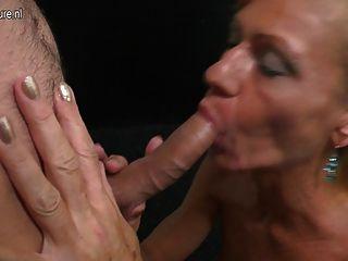 परिपक्व माँ चूसने और कमबख्त मुश्किल युवा लड़के