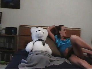 एक लड़की और उसके टेडी बियर