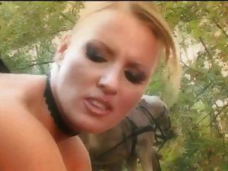बोनस गुदा के साथ जंगल में शानदार त्रिगुट