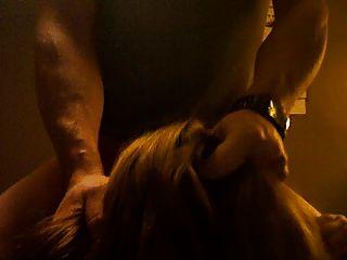 गूंगा वेश्या मुर्गा पर chokes और एक चेहरे के साथ थप्पड़ मारा जाता है