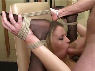 एक कुर्सी पर Blondie डबल