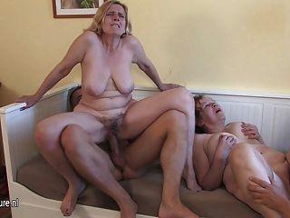 3 cockhungry परिपक्व माताओं युवा लड़के द्वारा कार्य किया गया