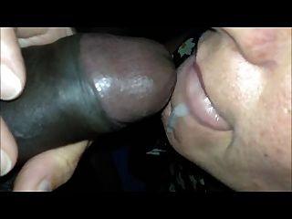 सींग का बना माँ मुंह खोलता स्वाद और काले शुक्राणु निगल करने के लिए