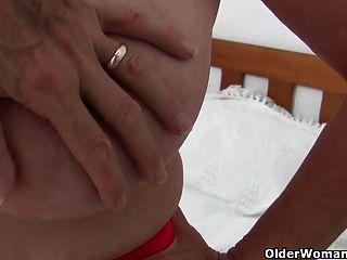 बड़े स्तन के साथ नानी उंगली फोटोग्राफर द्वारा गड़बड़ हो जाता है