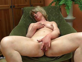उसे dildo के साथ वसा परिपक्व माँ नाटक