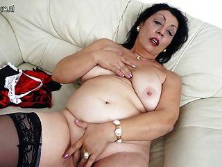 पुराने माँ उसे सोफे पर गीला पाने के लिए प्यार करता है