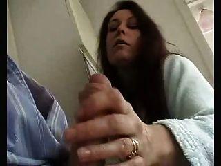 ब्रिटिश पत्नी कामुक wank देता है और पति को चूसना!