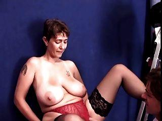 अविस्मरणीय श्यामला विशाल स्तन के साथ छोटे बाल-एमआईएलए गड़बड़