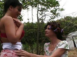 उसके प्रेमी माँ कर रही है