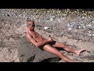 समलैंगिक henndrik एकल समुद्र तट पर पत्थर नग्न सह