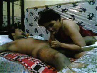 पाकिस्तानी महिला सेना के एक आदमी द्वारा गड़बड़