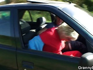 दादी कार में खराब हो जाता है
