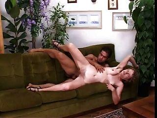 बालों इतालवी माँ सोफे पर योनी और गधे में गड़बड़