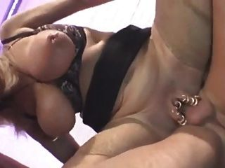 गुदा त्रिगुट में गोरा विशाल स्तन दादी