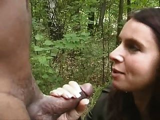 hotwife जंगल में काले चूसने